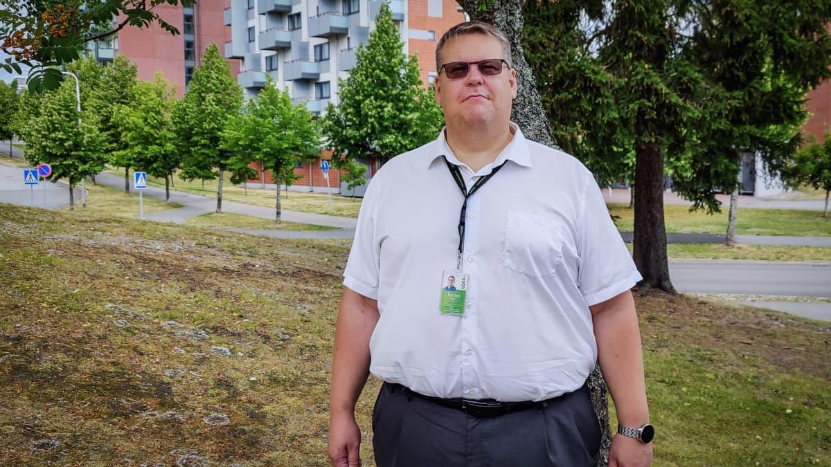 Joonas Grönlund seisoo opiskelija-asuntojen edustalla
