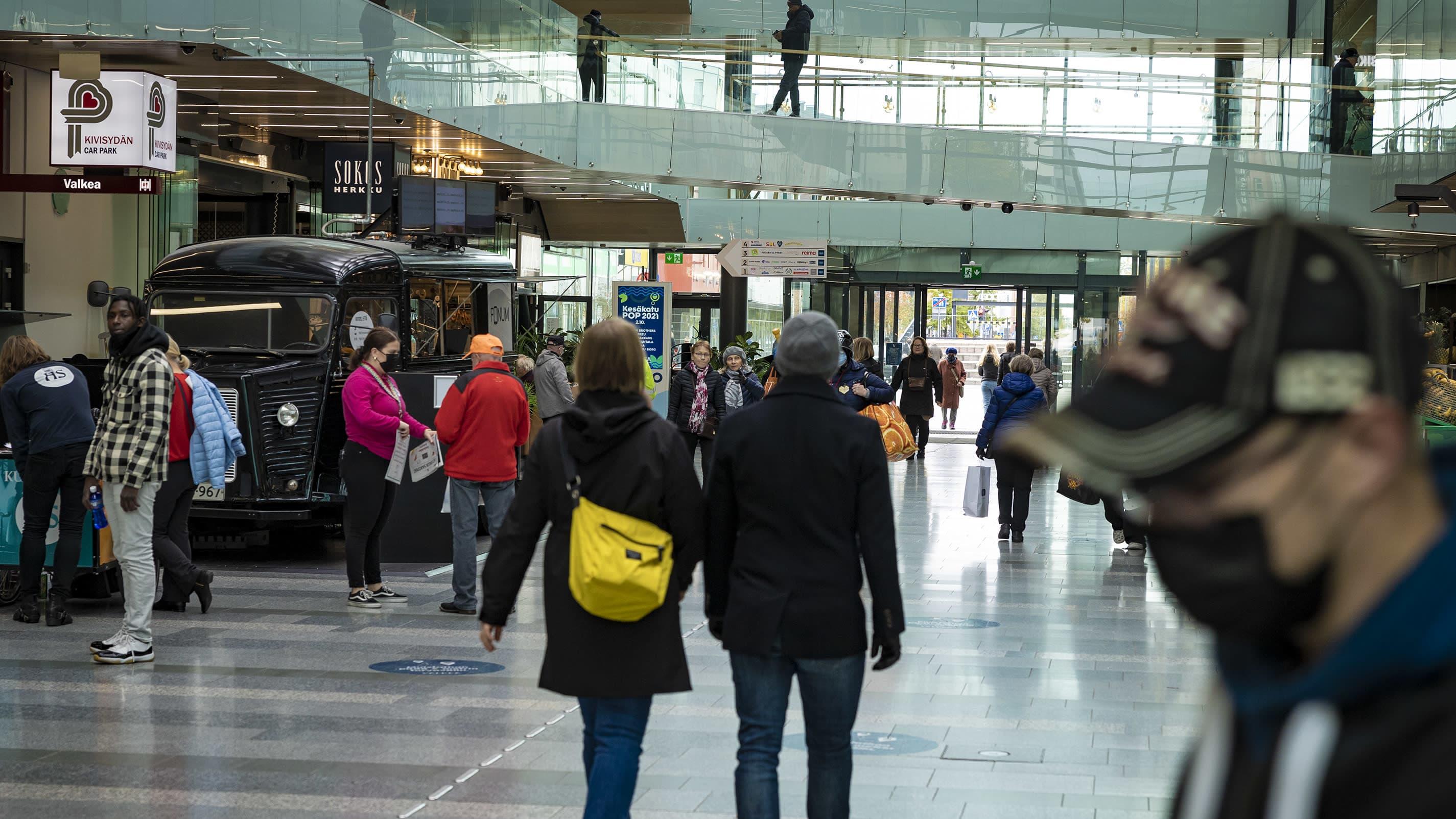 Oulun Kauppakeskus Valkeassa ihmisiä