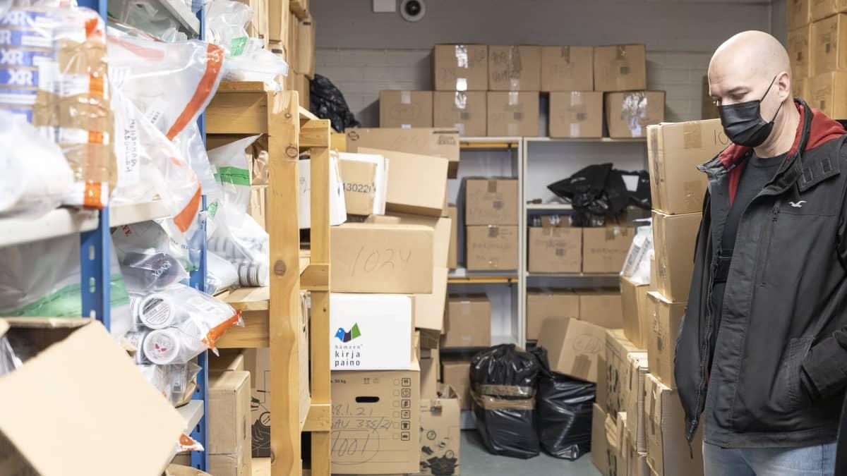 Tullin ylitarkastaja Pekka Jauhola esittelee Ylelle Tornion takavarikoidun tavaran varastoa. Nuuskaa varastossa on Jauholan arvion mukaan liki tuhat kiloa