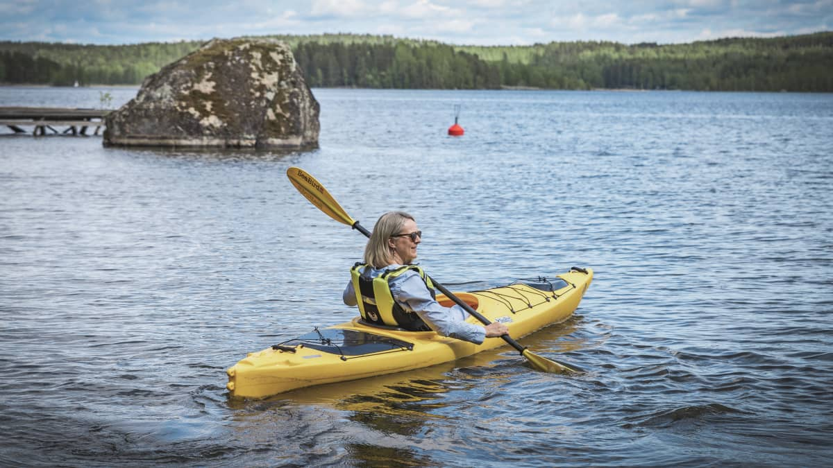 Kirsi Pohjola meloo kanootilla.