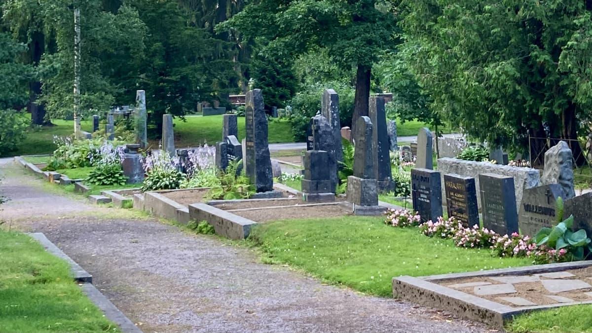 Kalevankankaan hautausmaa kesäisenä iltana