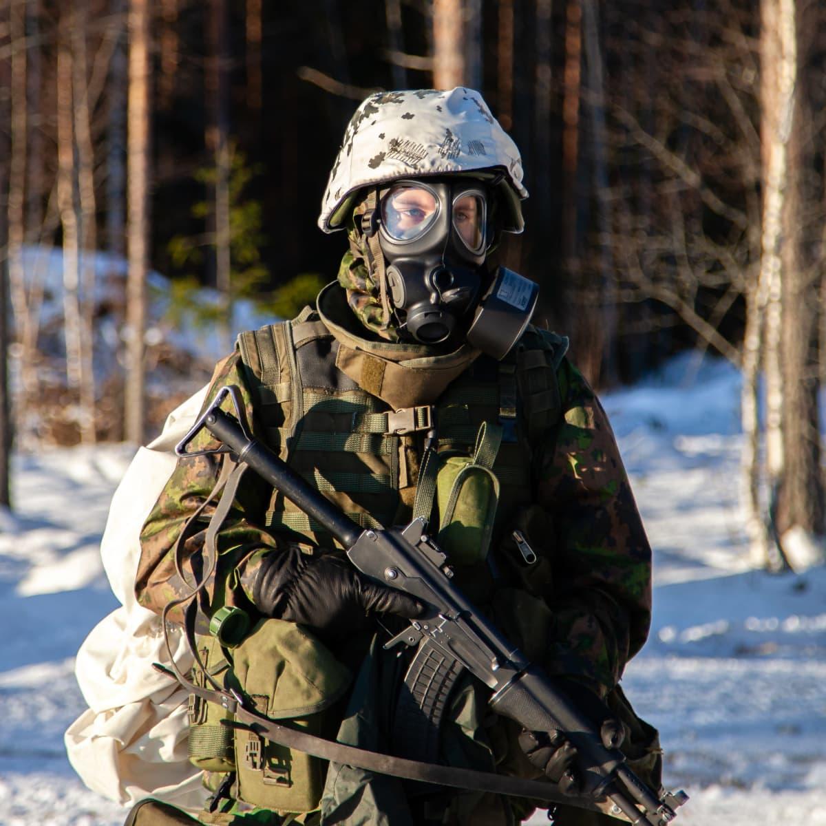 Sotilas suojeluihälytys-varustuksessa