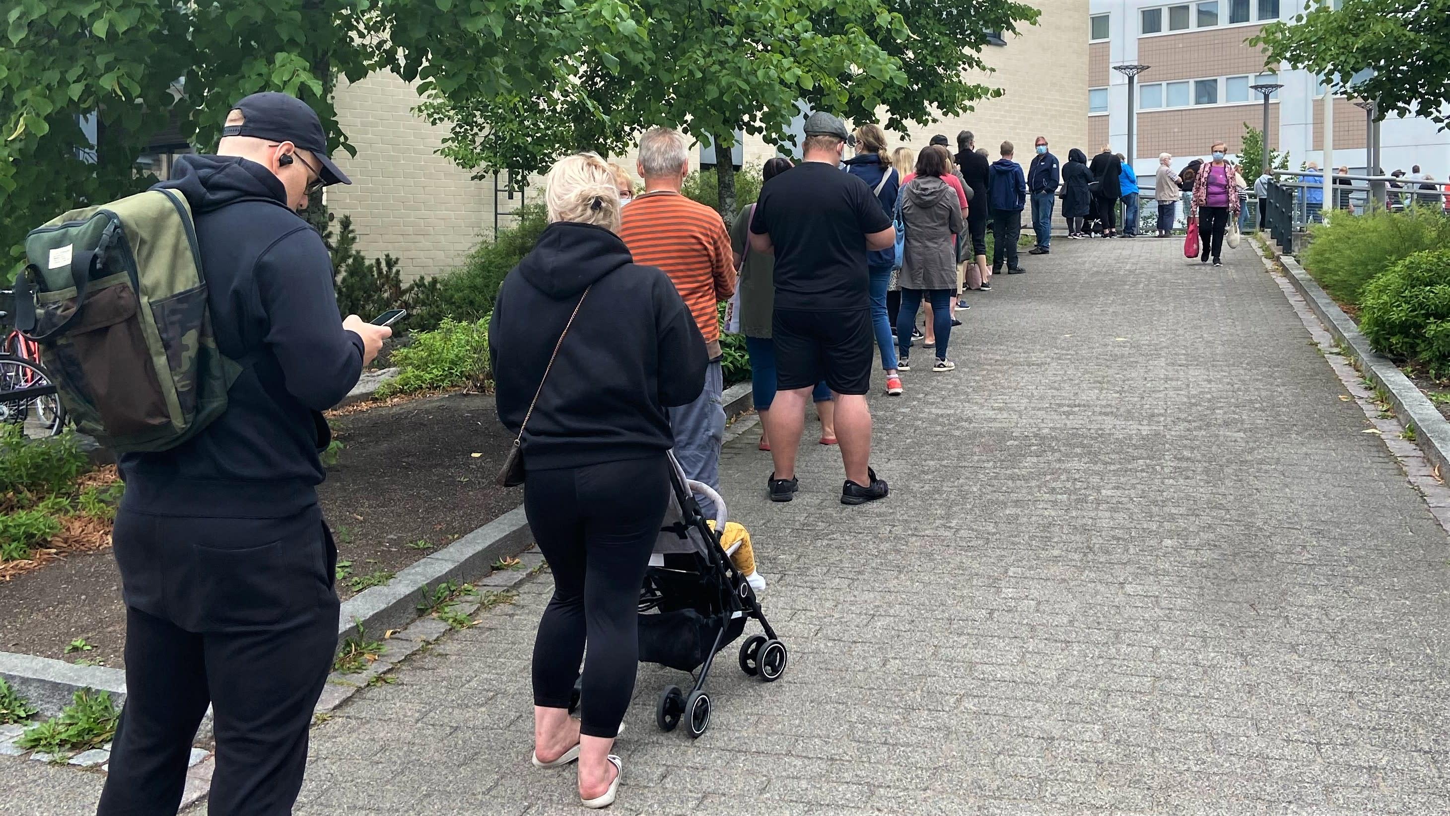 Pitkä jono kauppakeskuksen edustalla Lappeenrannassa