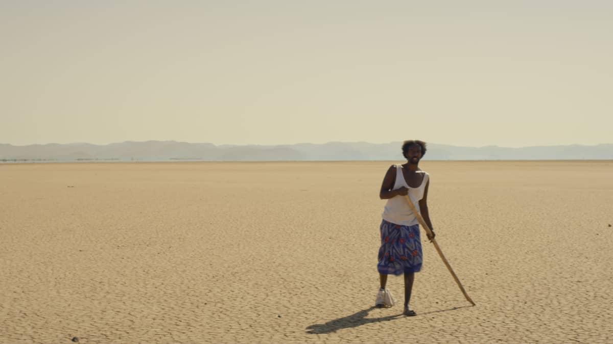 Guled (Omar Abdi) kävelee aavikolla.