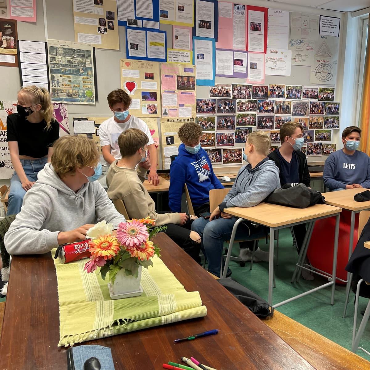 Yläkoulun oppilaita koululuokassa