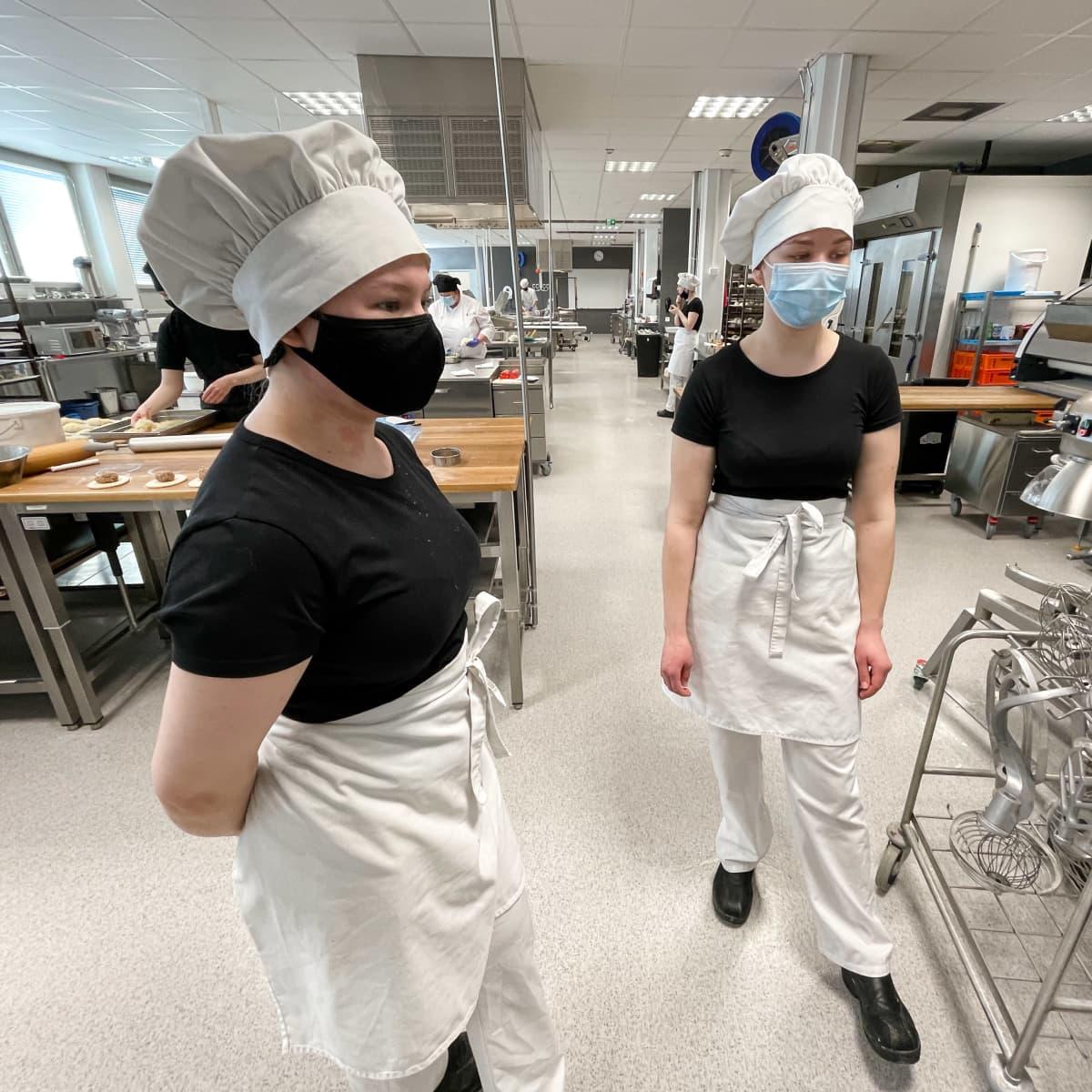 Leipomoalan opiskelijat Nea Kero ja Viivi Kallio Saimaan ammattiopisto Sampon keittiössä.