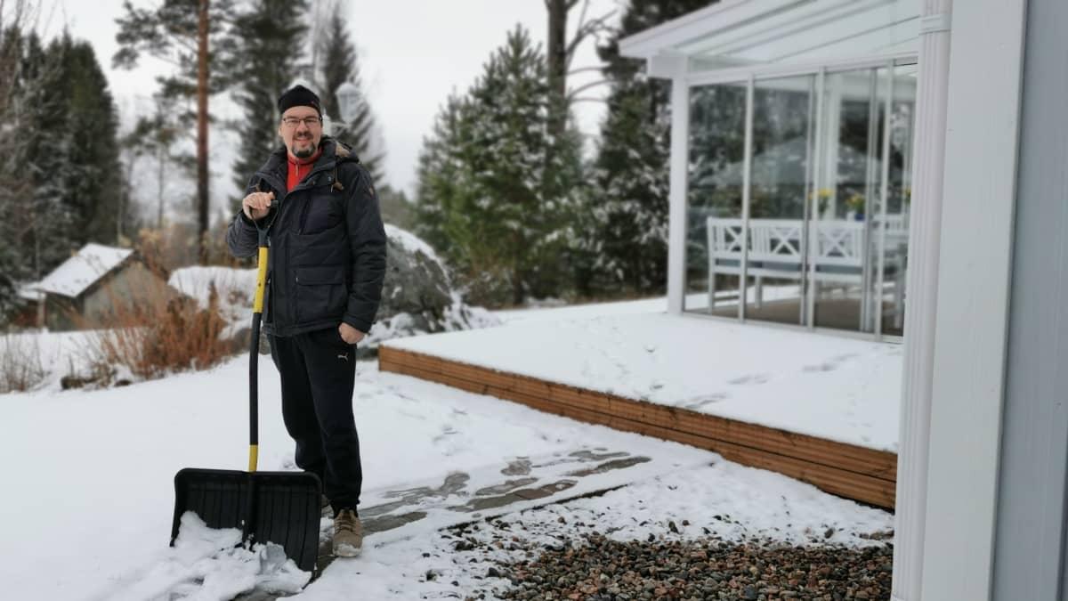 Jukka Viljamaa kotipihallaan