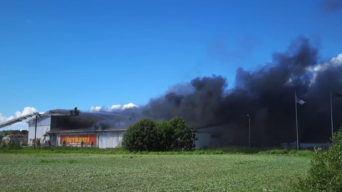 Kemiönsaaressa sammutetaan tulipaloa tavaratalossa