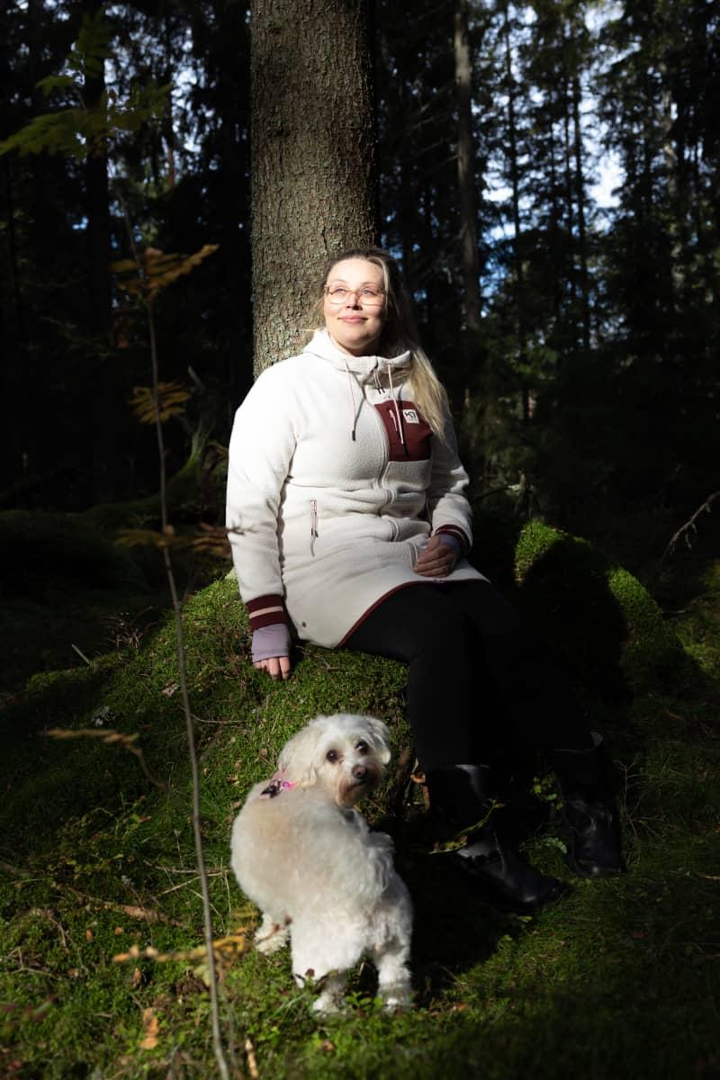 Risson alueella asuva Riina Ahonen lähimetsässään koiransa Bellan kanssa