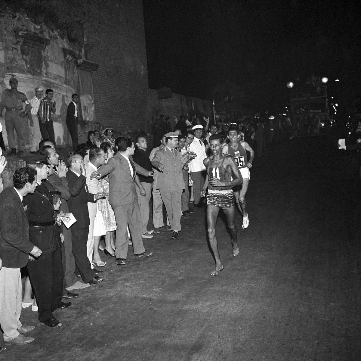 Abebe Bikila johtaa Rhadia Rooman olympiamaratonilla 1060