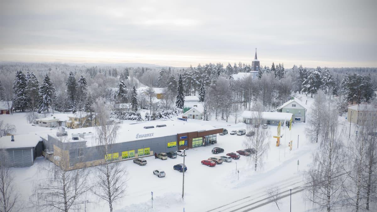 Ilmakuva Polvijärven keskustasta, S-market ja taustalla kirkko.
