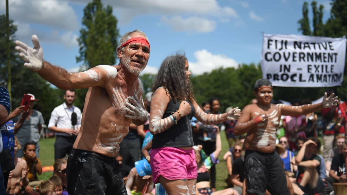 Aboriginaaleja protestoimassa.