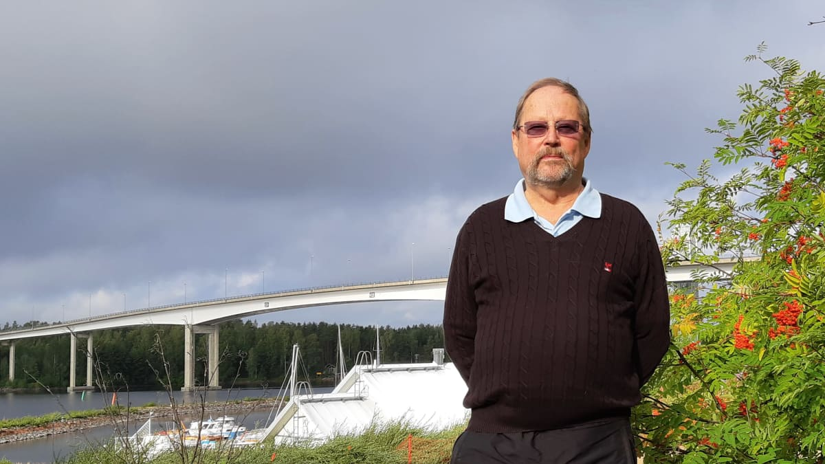 Nanoparin toimitusjohtaja Jaakko Kuntonen Puumalan sillan edustalla.