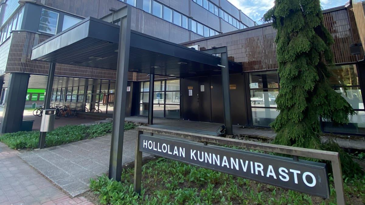 Hollolan kunnanviraston julkisivu.