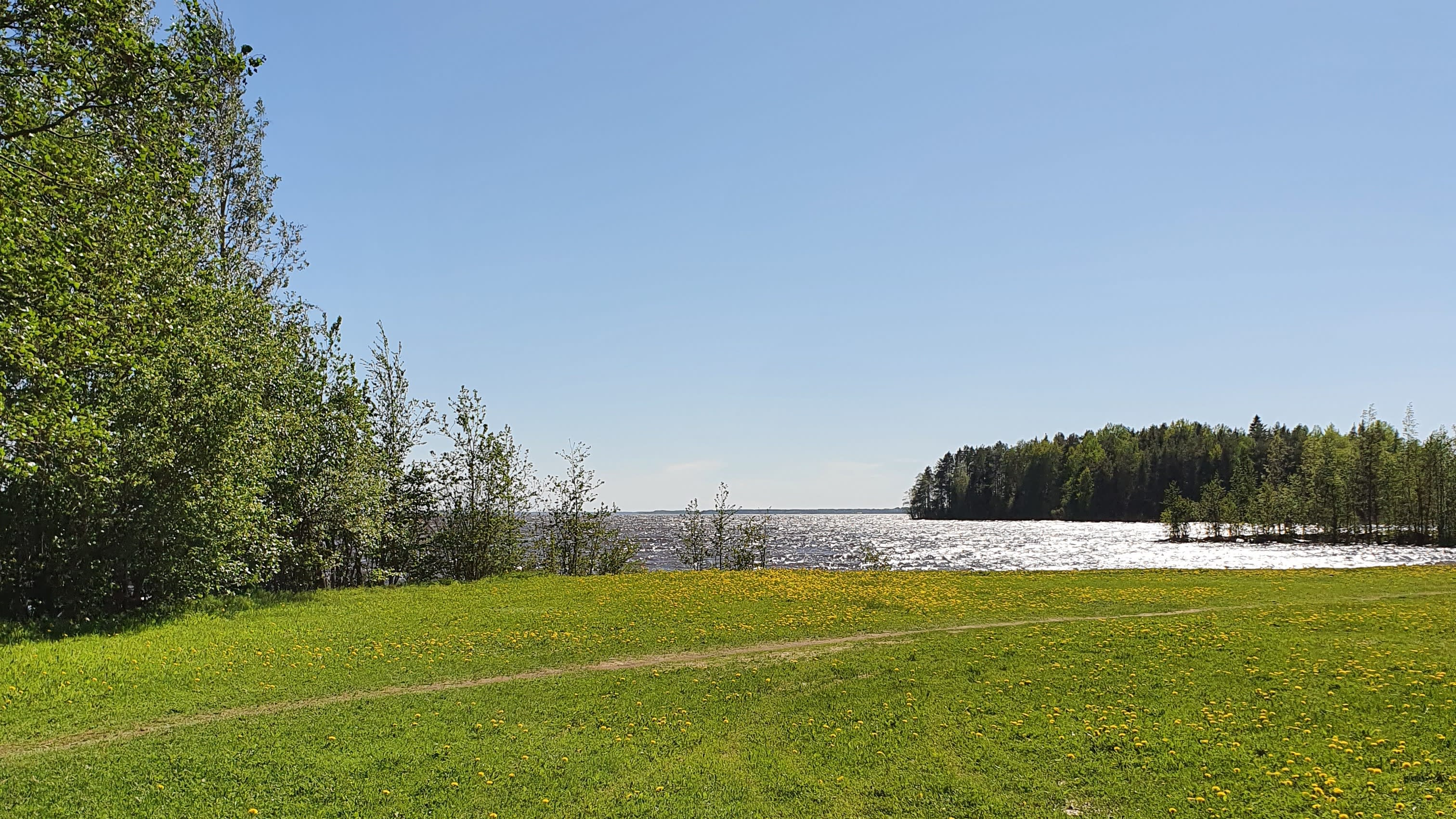 Aavarannan uimaranta Joensuussa aurinkoisella säällä.