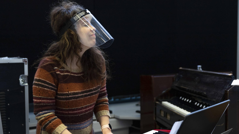 Maa on syntinen laulu- näytelmän säveltäjä Anna Laakso teatterin harjoituksissa