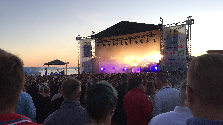 Kuvassa Mustakari Memoriesin konserttilava ja yleisöä