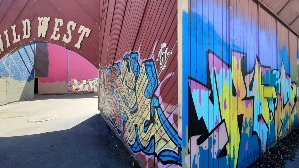 Graffitilandia maalataan entisen Wasalandia-huvipuiston seiniin.
