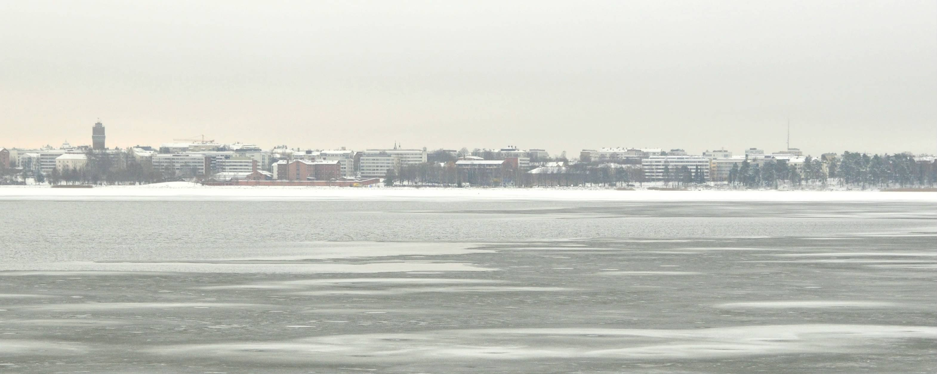Vy över Södra Stadsfjärden med Vasa stads siluett i bakgrunden. Det är svag is på bilden som är tagen i november.