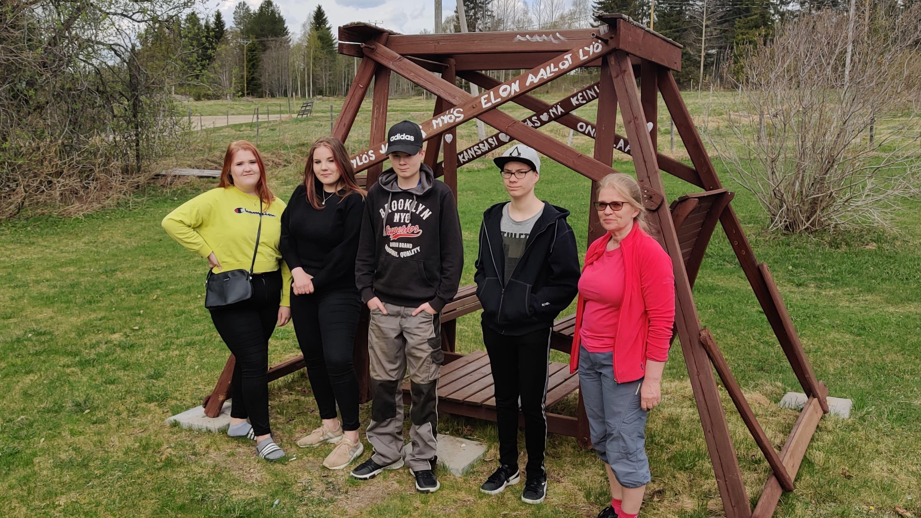 Kymppiluokan opiskelijat ryhmäkuvassa.