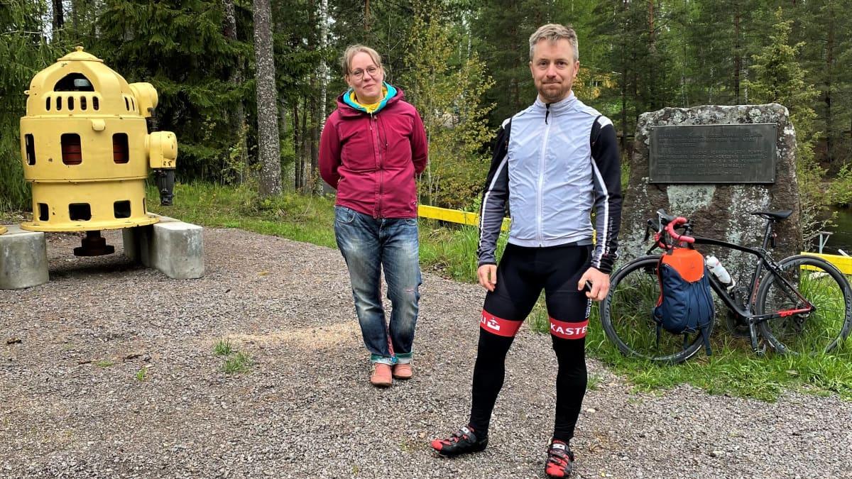 Vehkataipaleen kyläyhdistyksen puheenjohtaja Kirsti Laine ja Lappeenrannan Pyöräilijöiden sihteeri Matti Pesu.