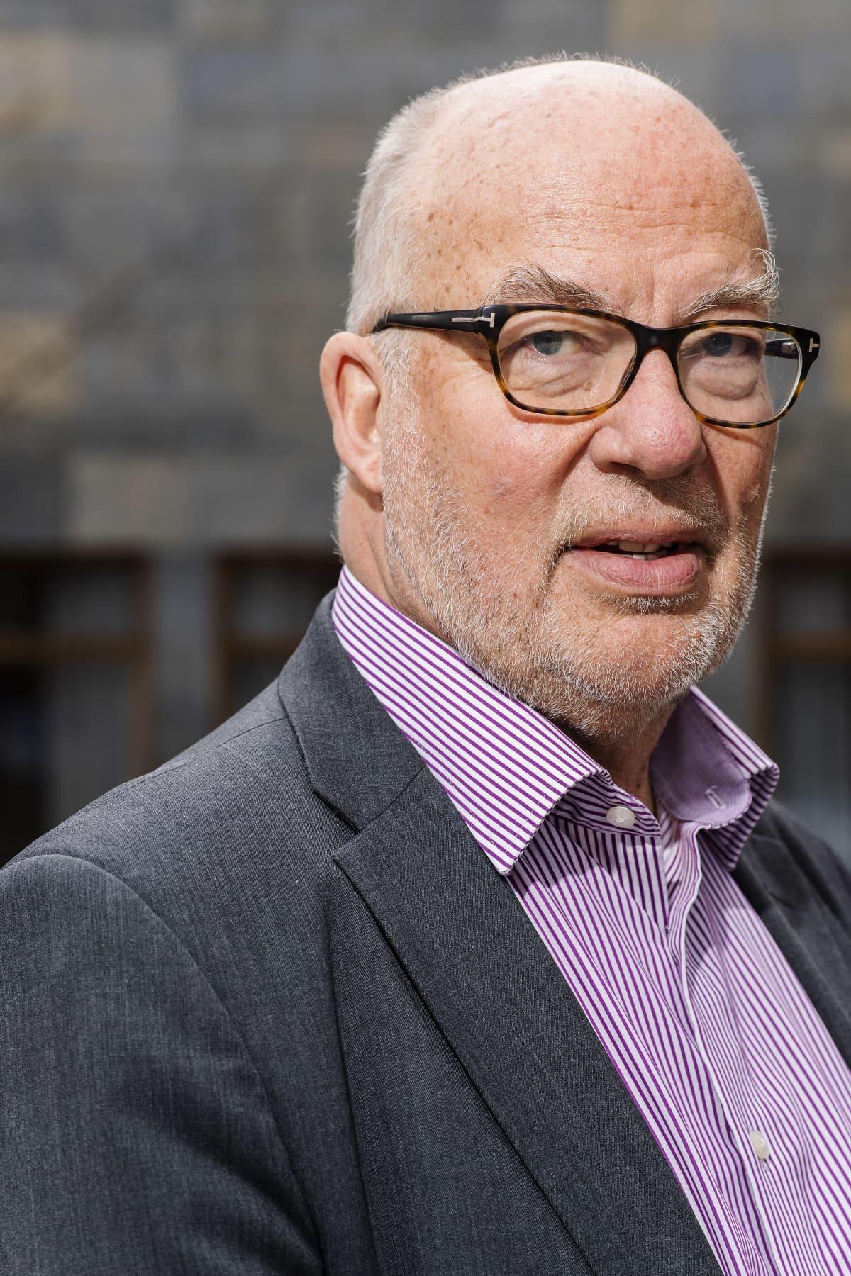 Professori Niklas Bruun kuvattiin Hankenin edustalla.