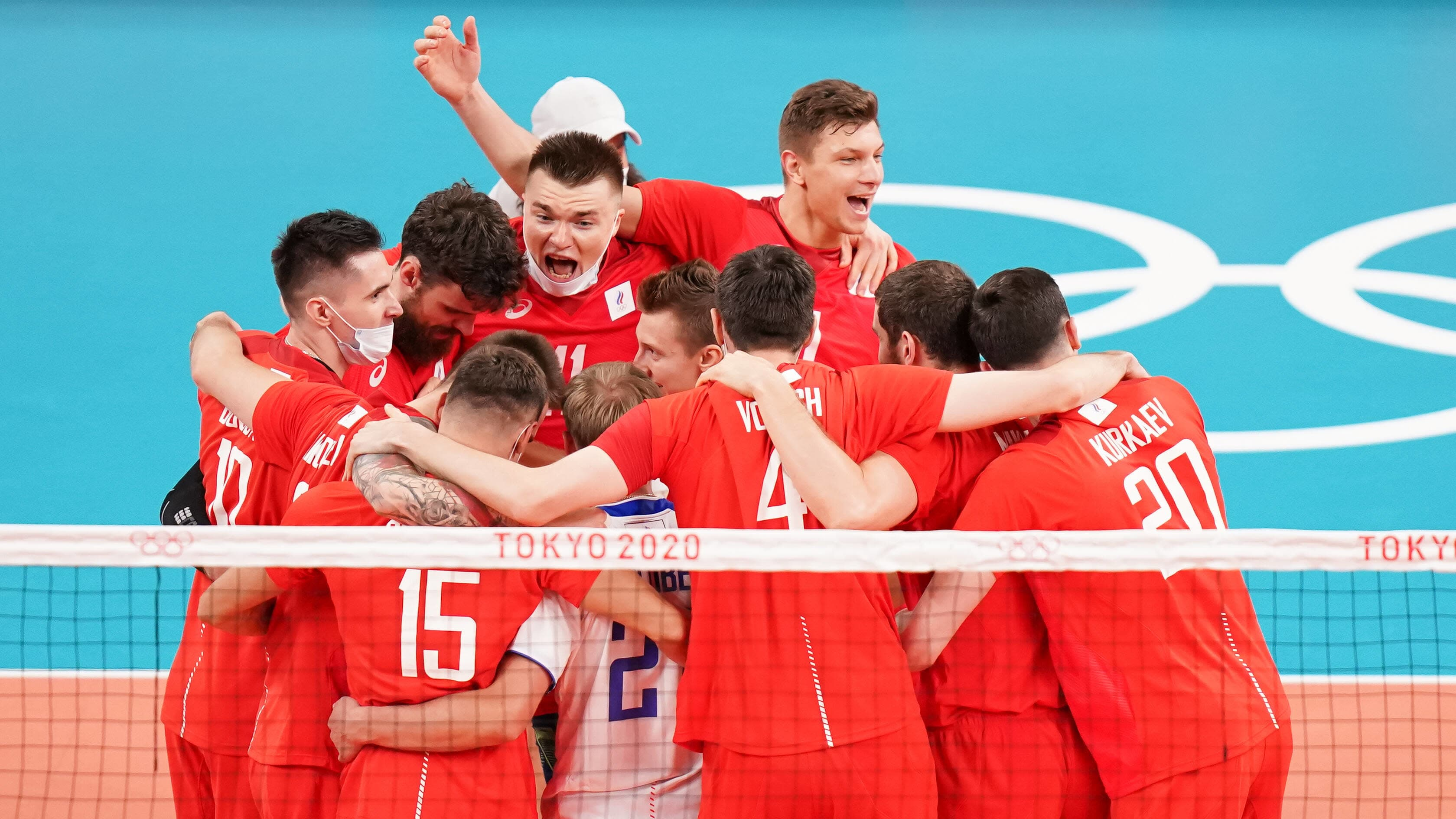 Venäjän lentopallomaajoukkue saavutti Tuomas Sammelvuon luotsaamana Tokiossa olympiahopeaa. Kuvassa Venäjän pelaajat juhlivat voitettuaan välierässä Brasilian.
