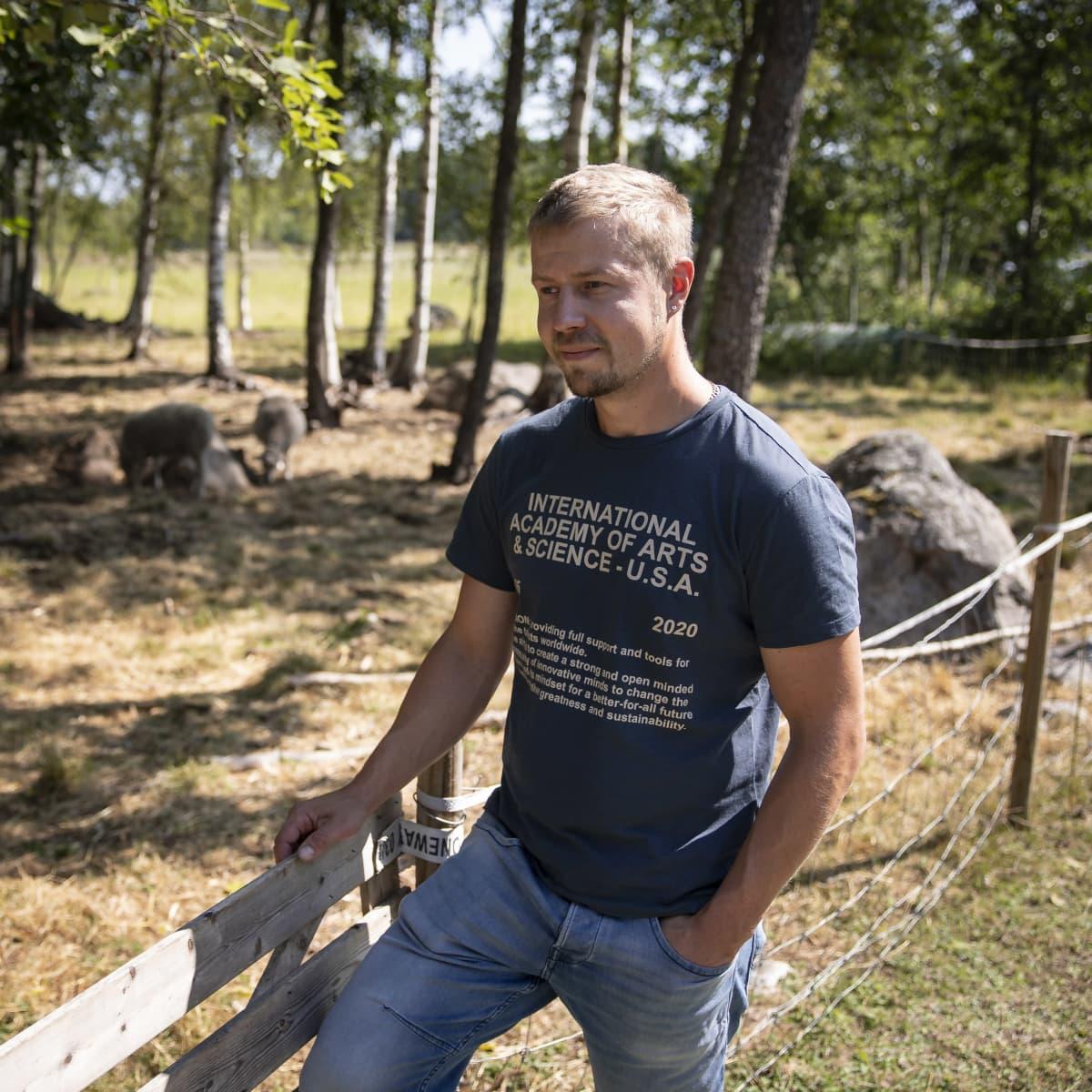 Jaakko Alalantela lammasaitauksen vieressä.