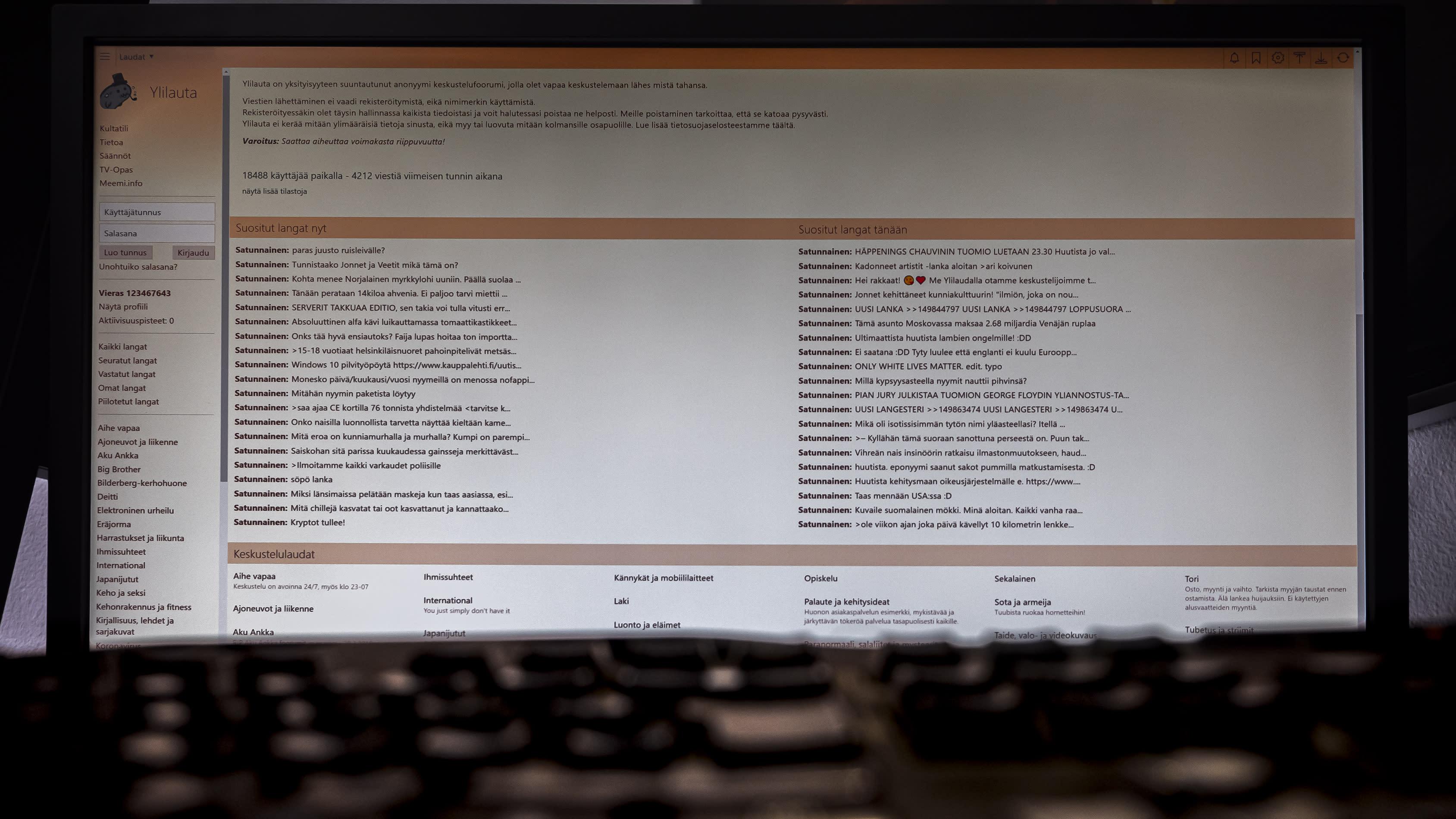Ylilauta.org sivusto ja näppäimistö edessä