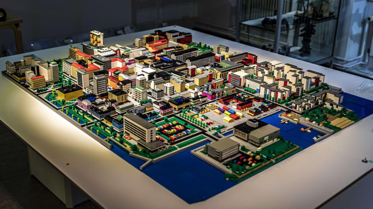 Tuomas Kukkamaa rakensi Oulun keskustan 25 000 Lego-palikasta - katso värikästä kaupunkia lintuperspektiivistä