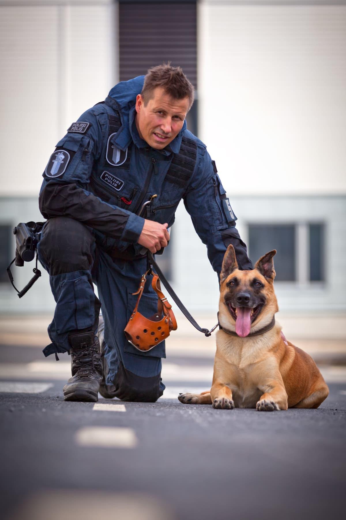 Harri Gustafsberg koiransa kanssa