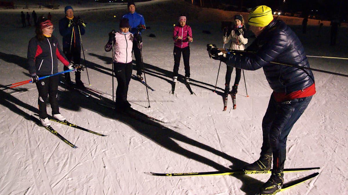 Reijo Jylhä opettaa hiihtotekniikkaa Rovaniemellä