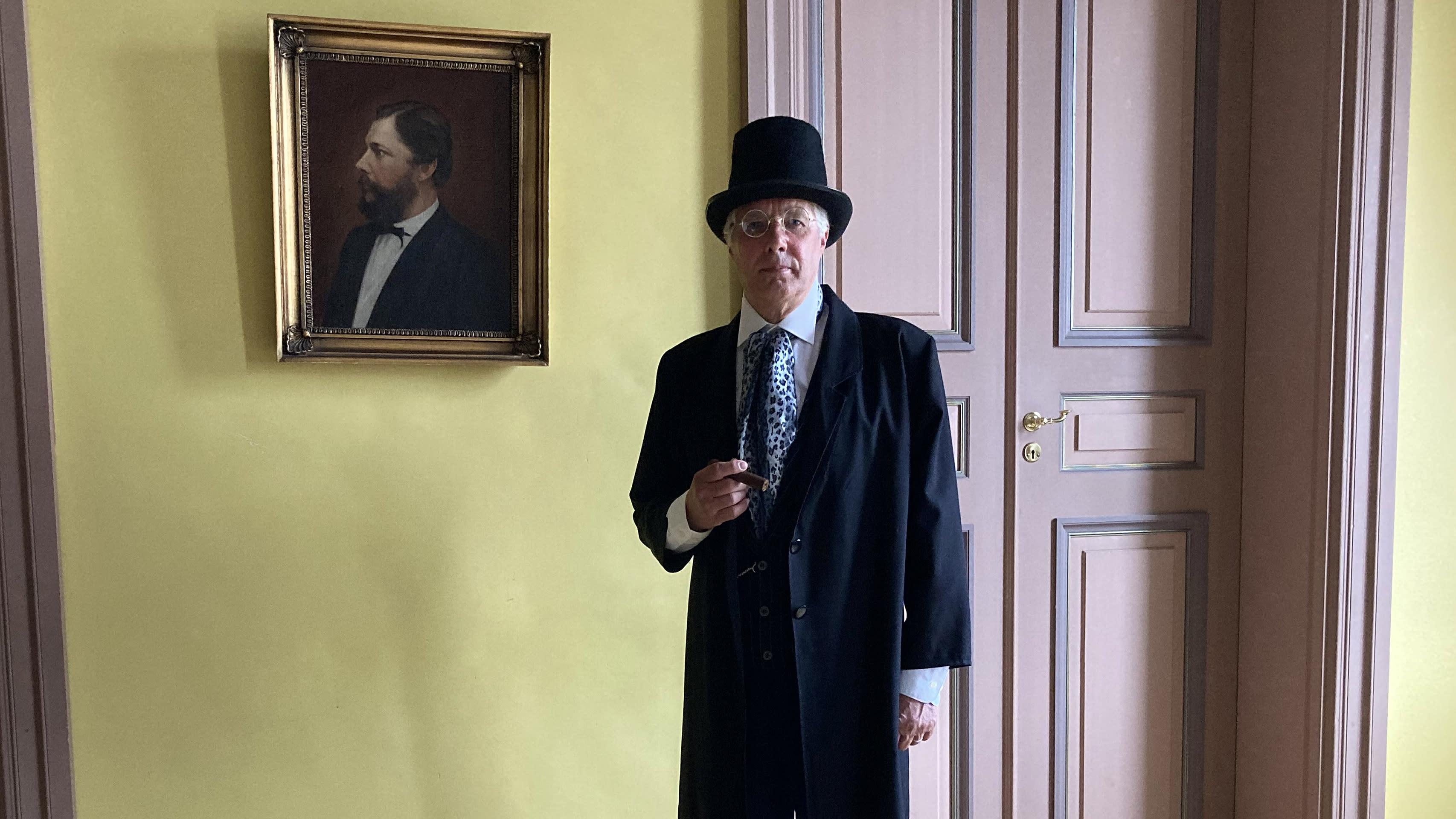 Kuvassa Reijo Partanen esittämässä kauppias Donneria kaupungin virtuaaliopasteessa