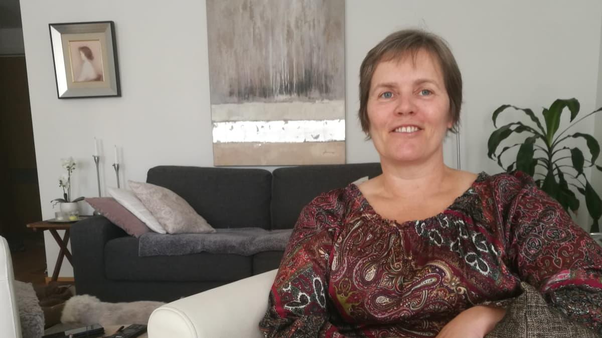 Toiminnanjohtaja Nina Karunevan mukaan ikihmiset ovat innostuneen Turun Seudun Vanhustuen videokokouksista.