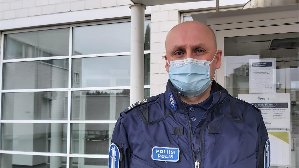 Jarmo Junna seisoo Imatran poliisilaitoksen edessä.