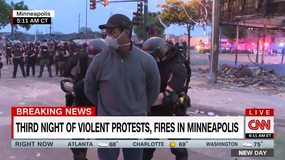 Kuvakaappaus uutiskanava CNN:n lähetyksestä. CNN:n toimittaja Omar Jimenez pidätettiin Minneapolisissa kesken suoran tv-lähetyksen. Hän oli raportoimassa tilanteesta.