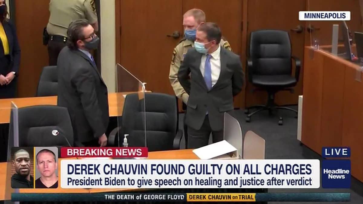 Derek Chauvin vietiin käsiraudoissa ulos oikeussalista tuomionluvun jälkeen 20. huhtikuuta.
