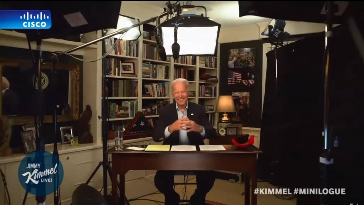 Joe Biden videostudiossaan valojen keskellä
