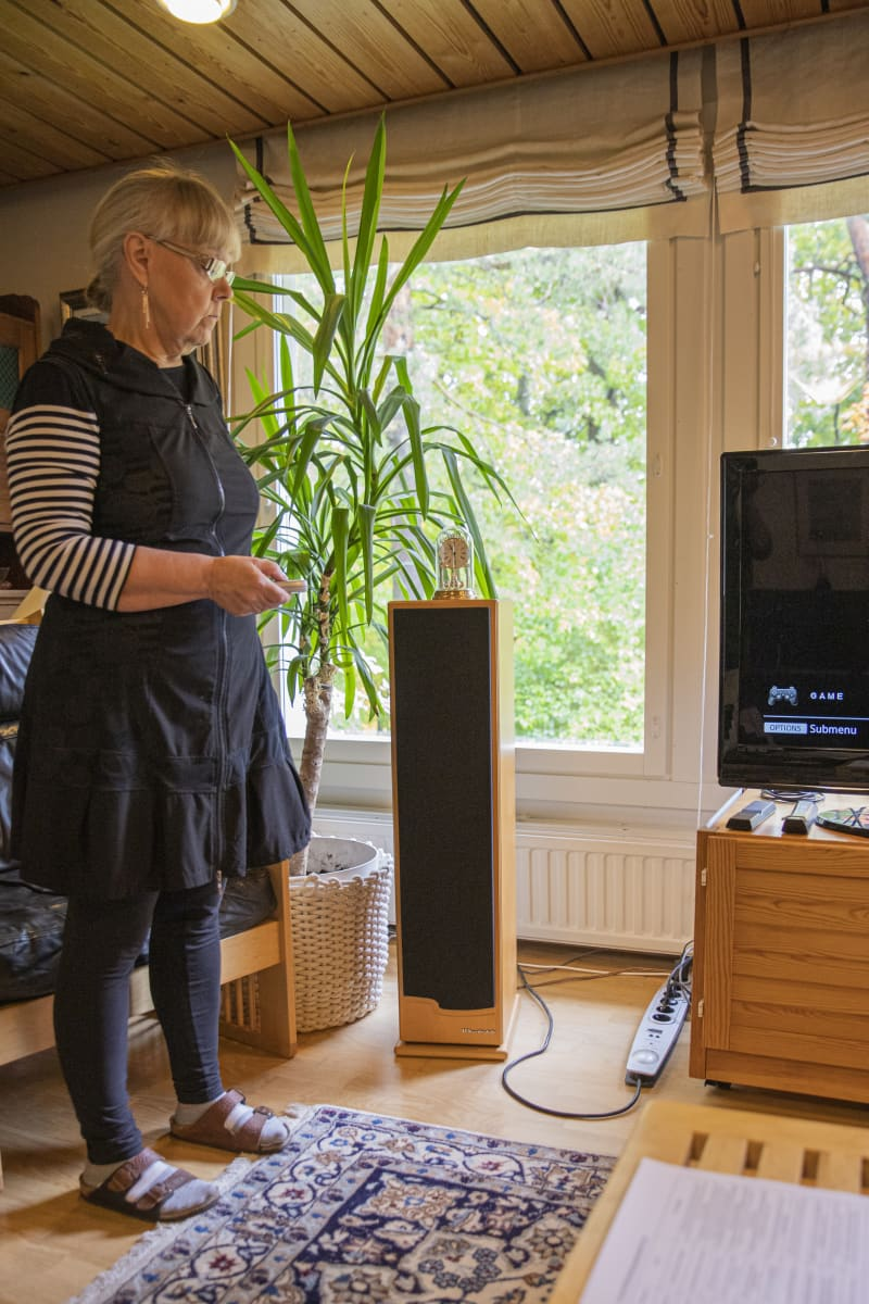 Kirsti Sandelle laittaa virrat päälle kauko-ohjattuun jatkojohtoon.