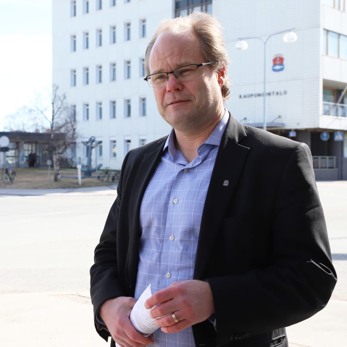 Kemin kaupunginjohtaja Tero Nissinen kaupungintalon edustalla