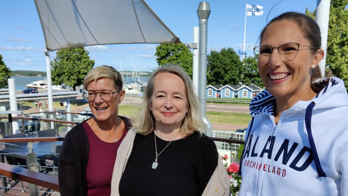 Gunilla Karlsson, Ann-Louise Djupsund ja Lotta Berner Sjölund hotellin terassilla