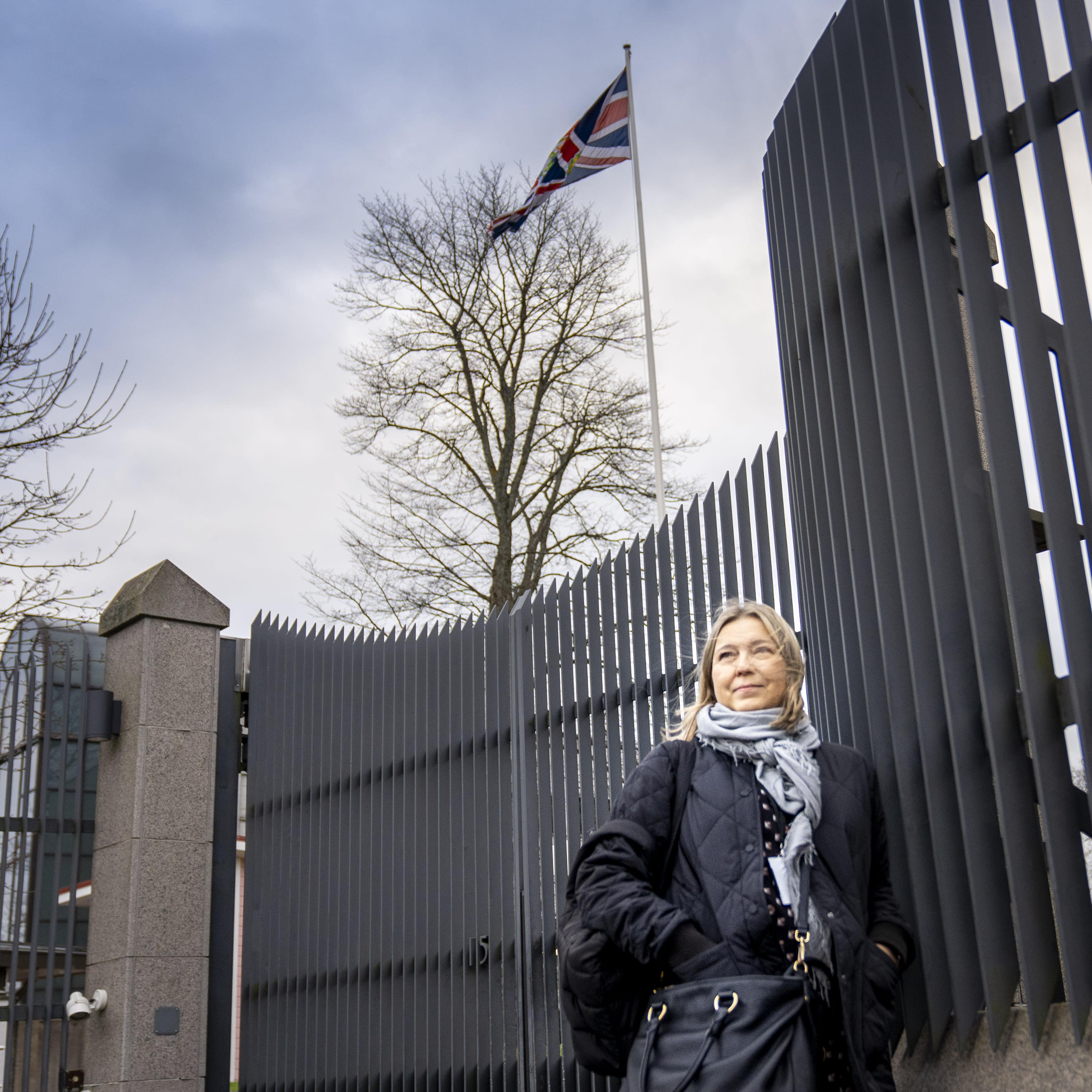 Nainen Brittien lähetystön edessä.