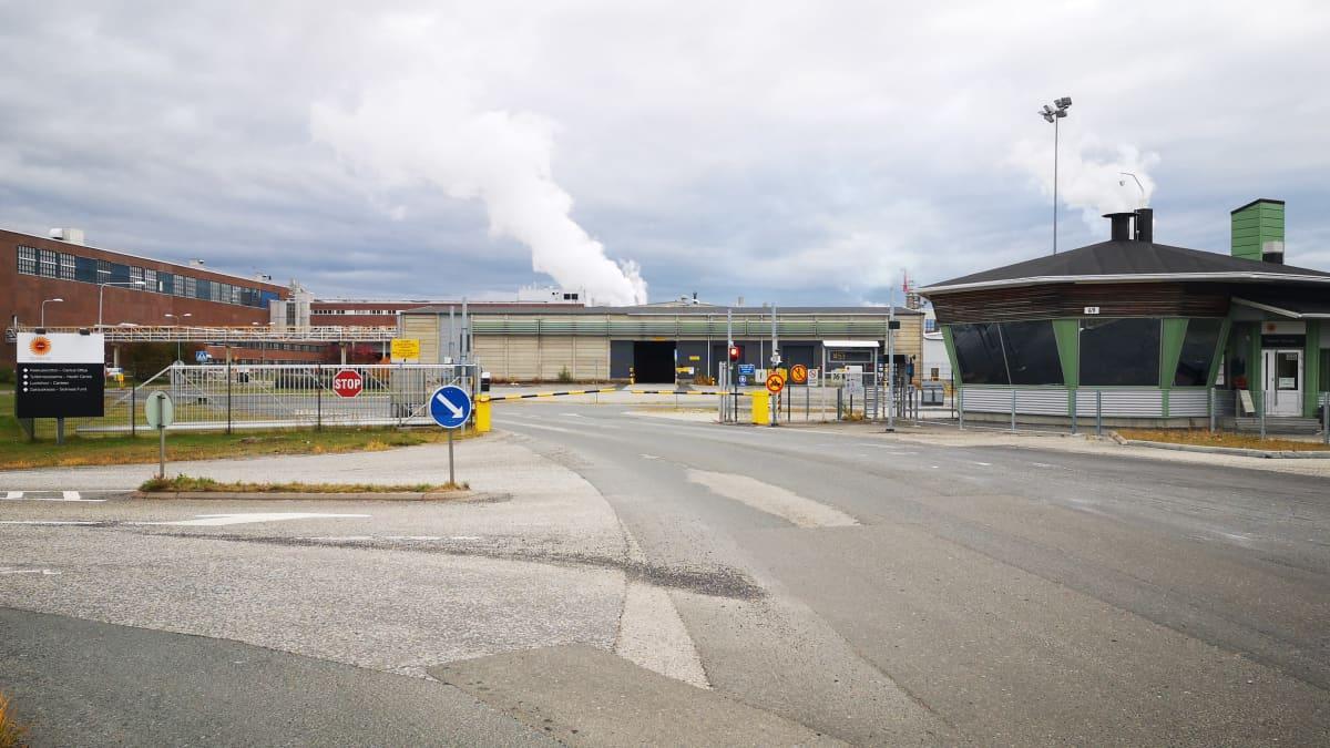 Veitsiluodon tehtaan portilla ei näy ketään syksyisenä harmaana päivänä.
