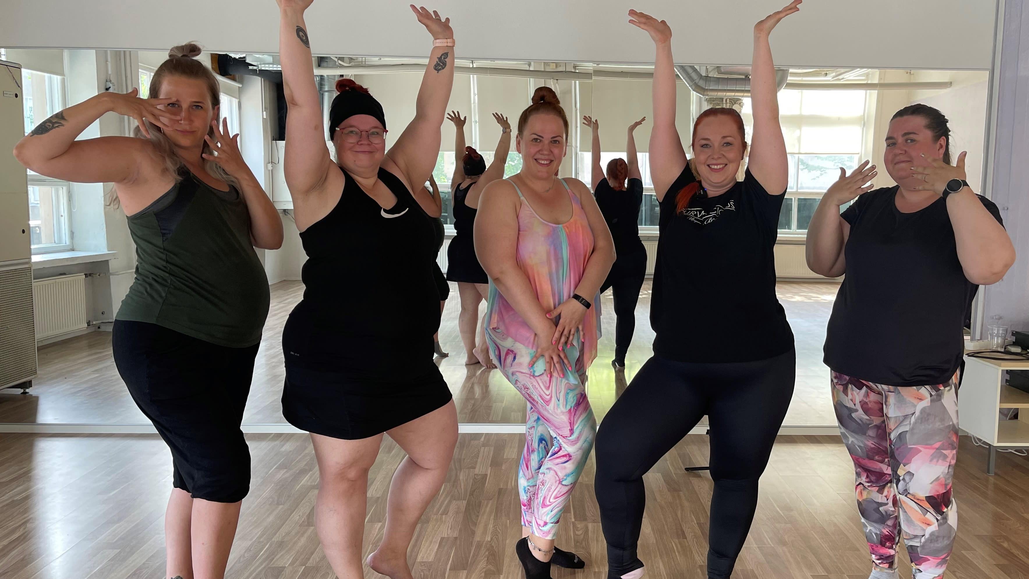 XXL dance -tanssitunnille osallistuneita naisia poseerausasennoissa.