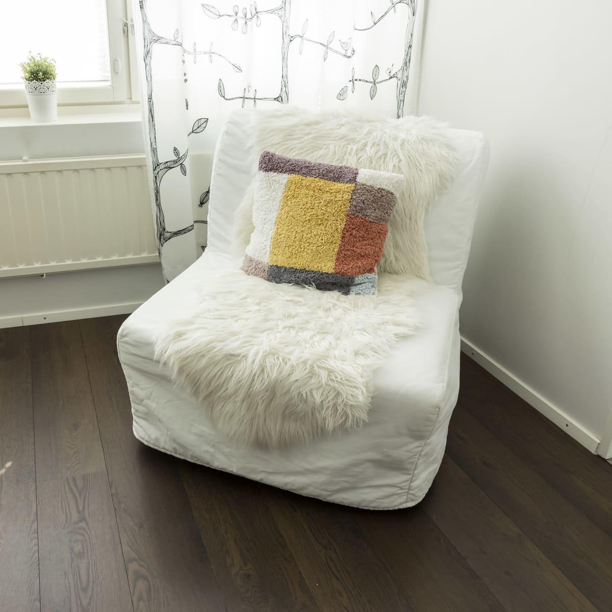 Valkoinen nojatuoli.