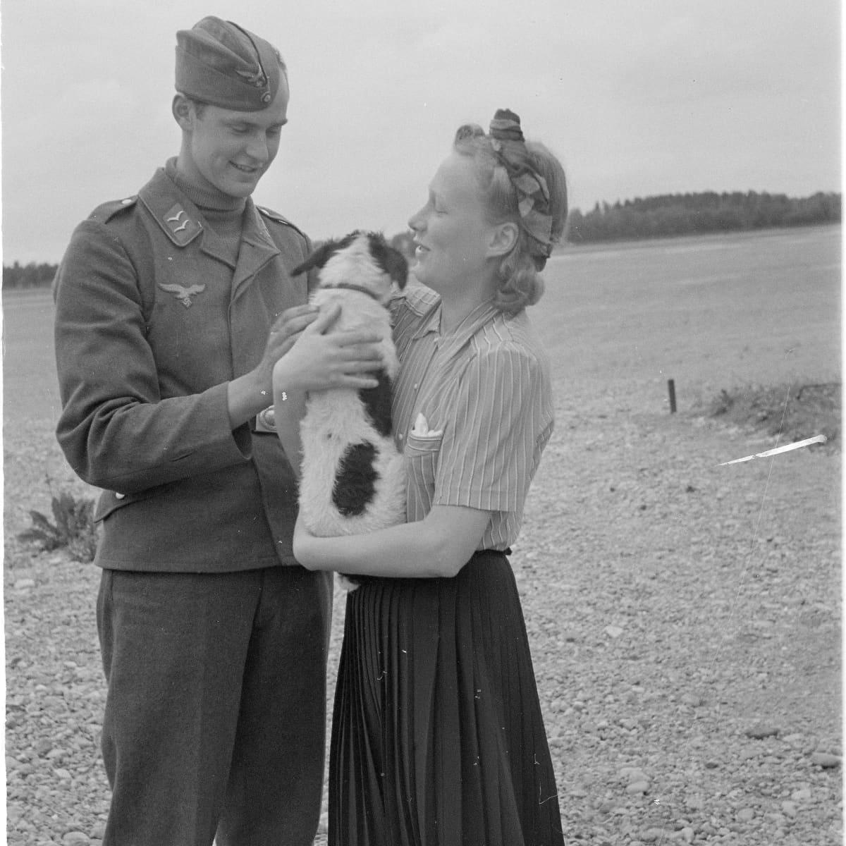 Saksalainen sotilas ja suomalainen neitonen seurustelevat 1941