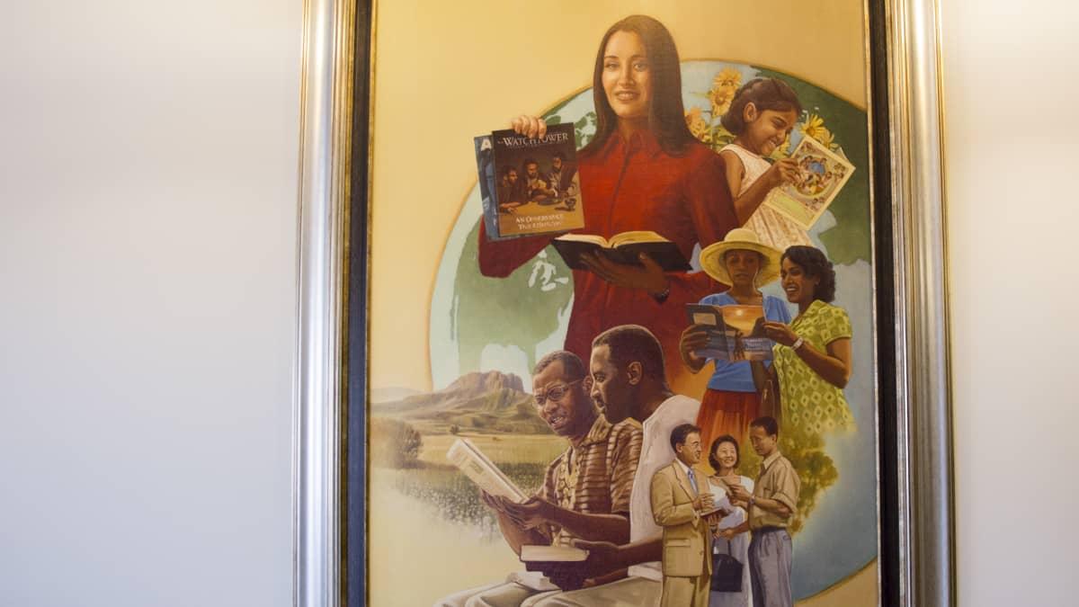 Jehovan todistajien lähetystyöstä kertova taulu Jehovan todistajien Suomen haaratoimiston aulasta.