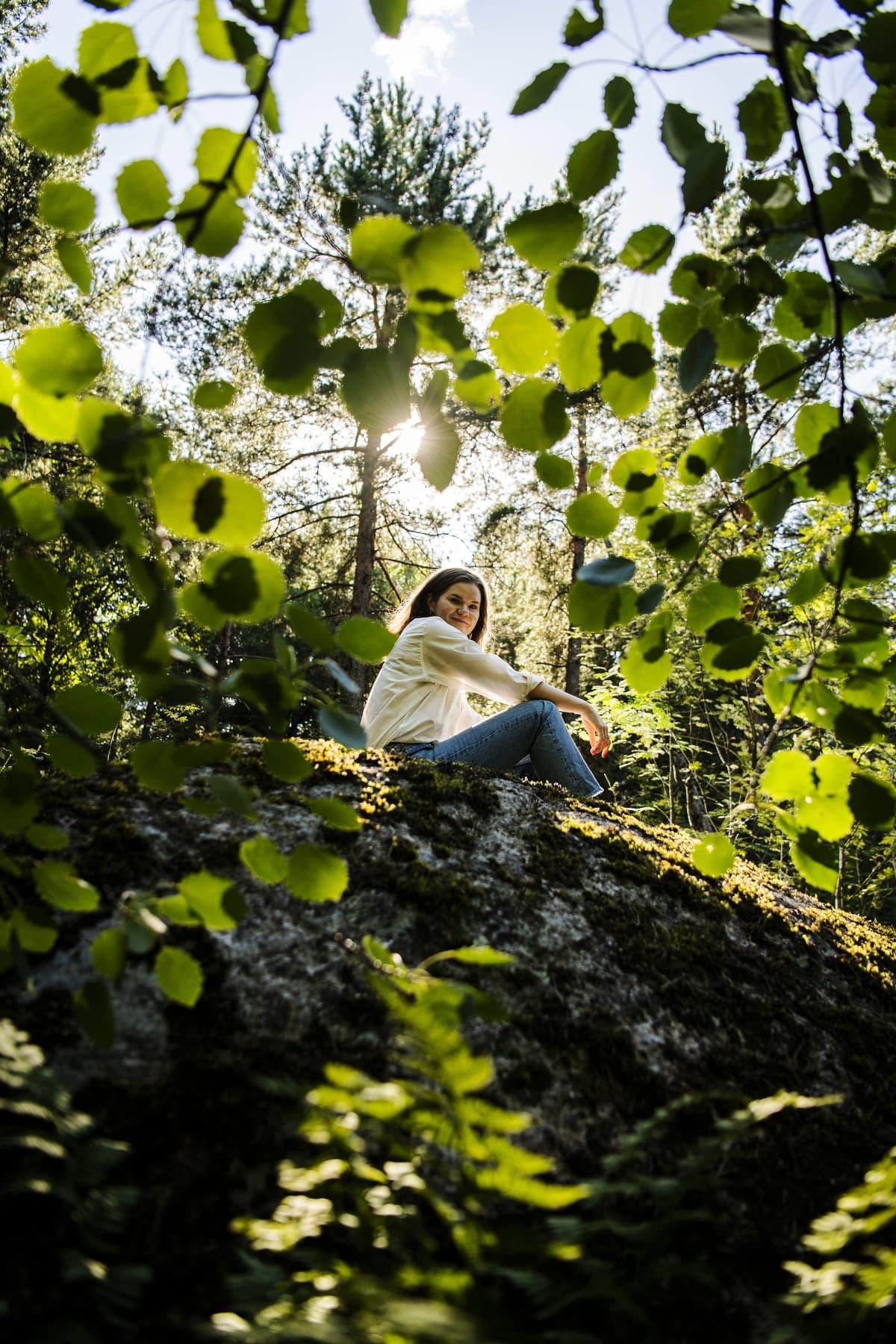 Kuvassa on kirjoittaja Eeva Kolu Helsingin Keskuspuistossa elokuussa 2020.