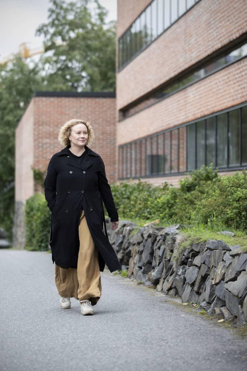 Katja Suvanto kävelee Itä-Suomen yliopiston Joensuun kampuksella.