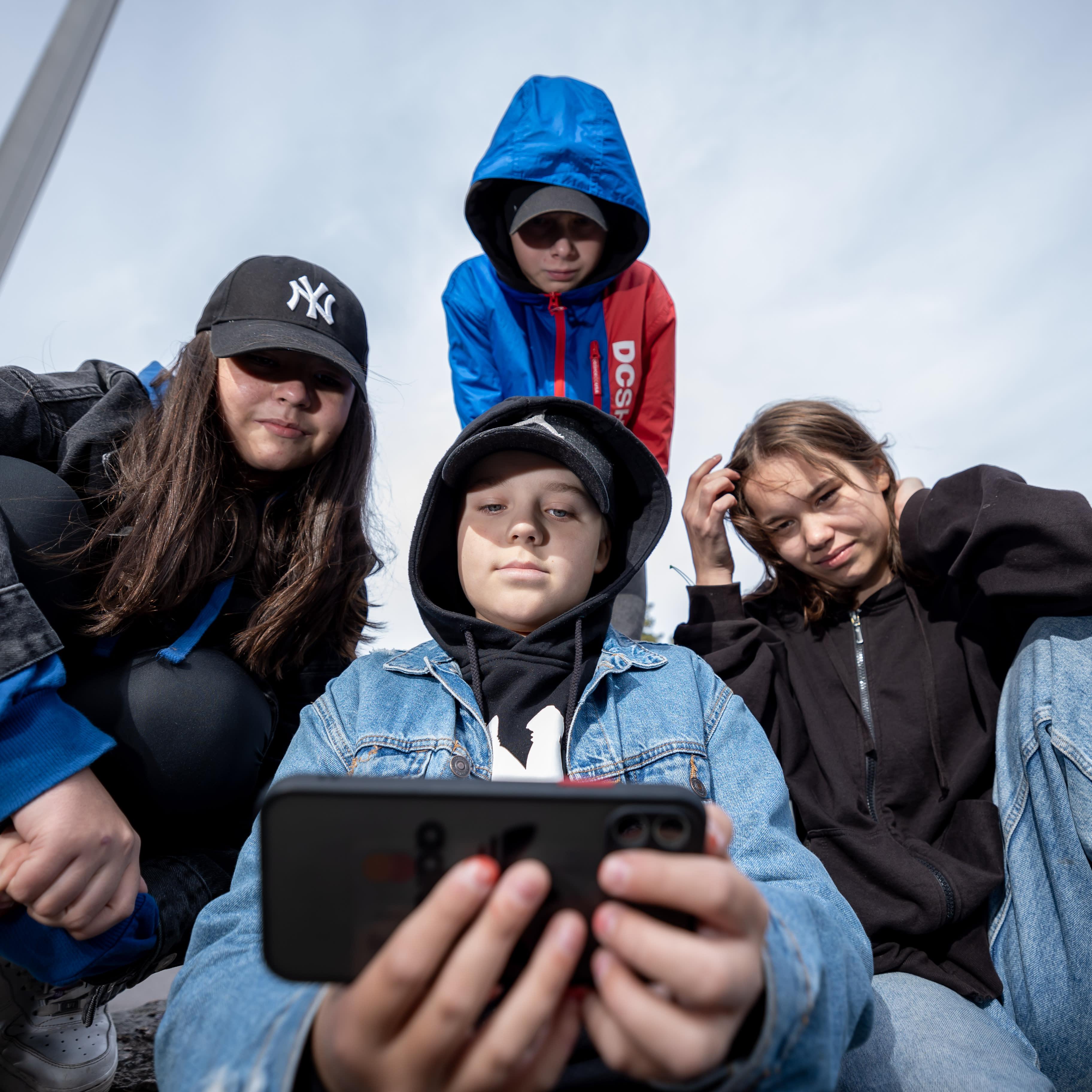 Ryhmä 7-luokkalaisia välitunnilla kännyköineen, Vuosaaren peruskoulu, Helsinki, 14.9.2021.